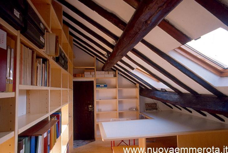 Libreria mansardata in legno di abete