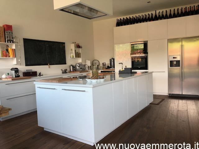 Cucina ad isola con mobili a muro