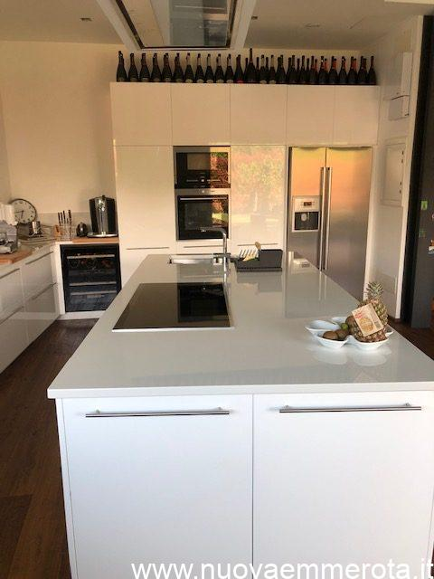 Cucina ad isola e mobile con colonna elettrodomestici e frigorifero