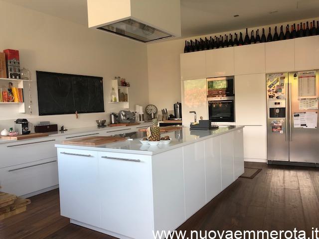 Cucina con mobile ad isola con piano induzione e lavello doppio