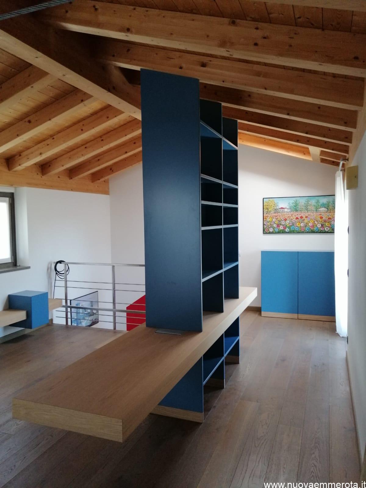 Libreria con parti a giorno e parti chiuse, top in legno massello di rovere v