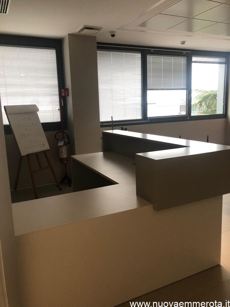 Bancone reception all'interno di uno showroom