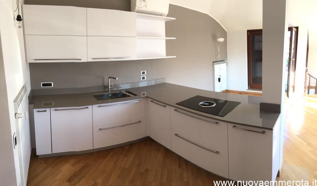 Cucina laccato bianco lucido.