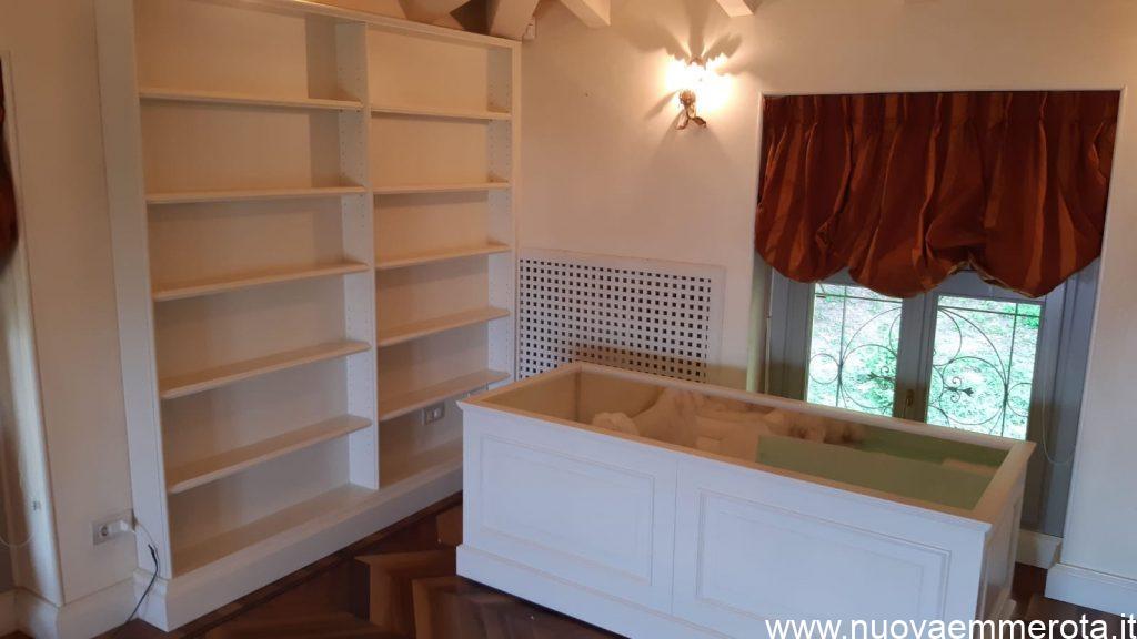 Libreria e cuccia da interno con rivestimento in boiserie
