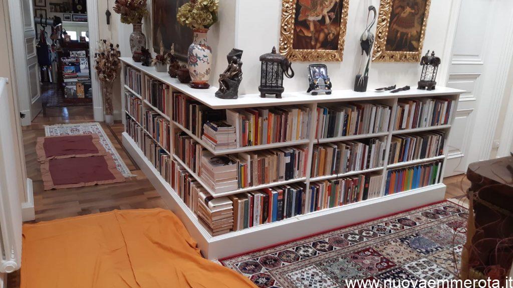 Libreria bianca bassa ad angolo.