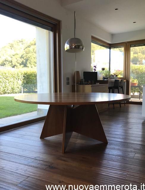 Tavolo rotondo in noce nazionale con base di design