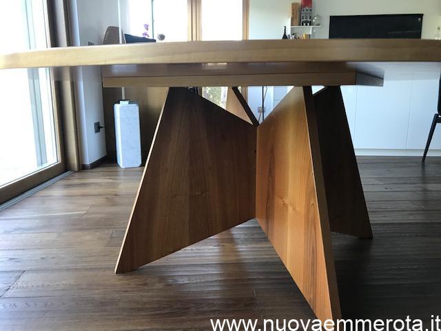Tavolo in noce nazionale con base di design.