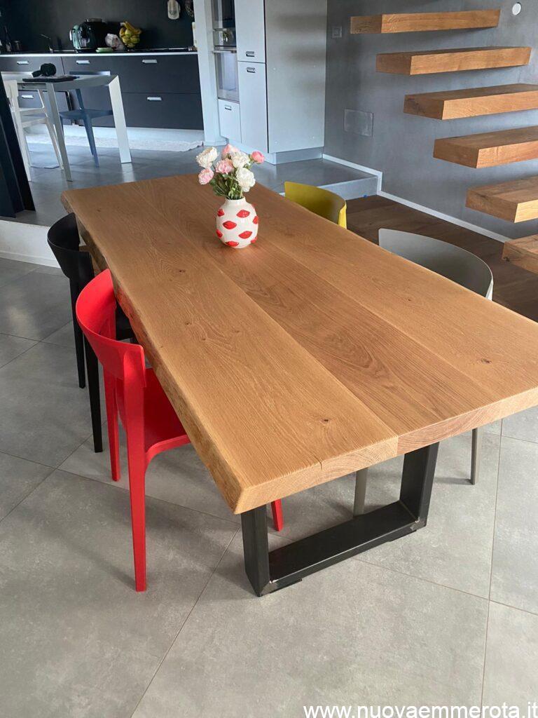 Tavolo rettangolare.