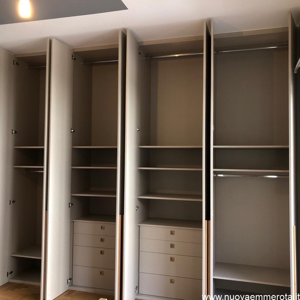 interno armadio con cassetti, spazio camice e mensole