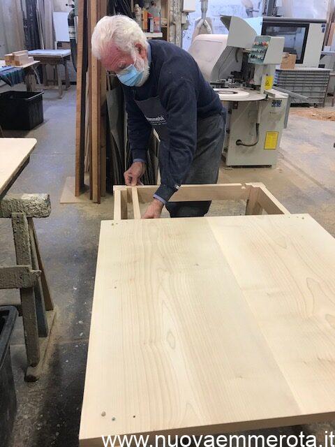Il falegname che costruisce un tavolo