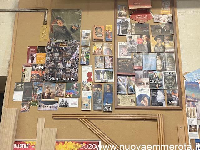 Volantini e cartoline con soggetti opere d'arte in falegnameria