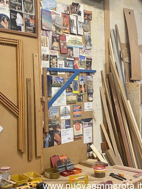 Volantini e cartoline di opera d'arte in falegnameria