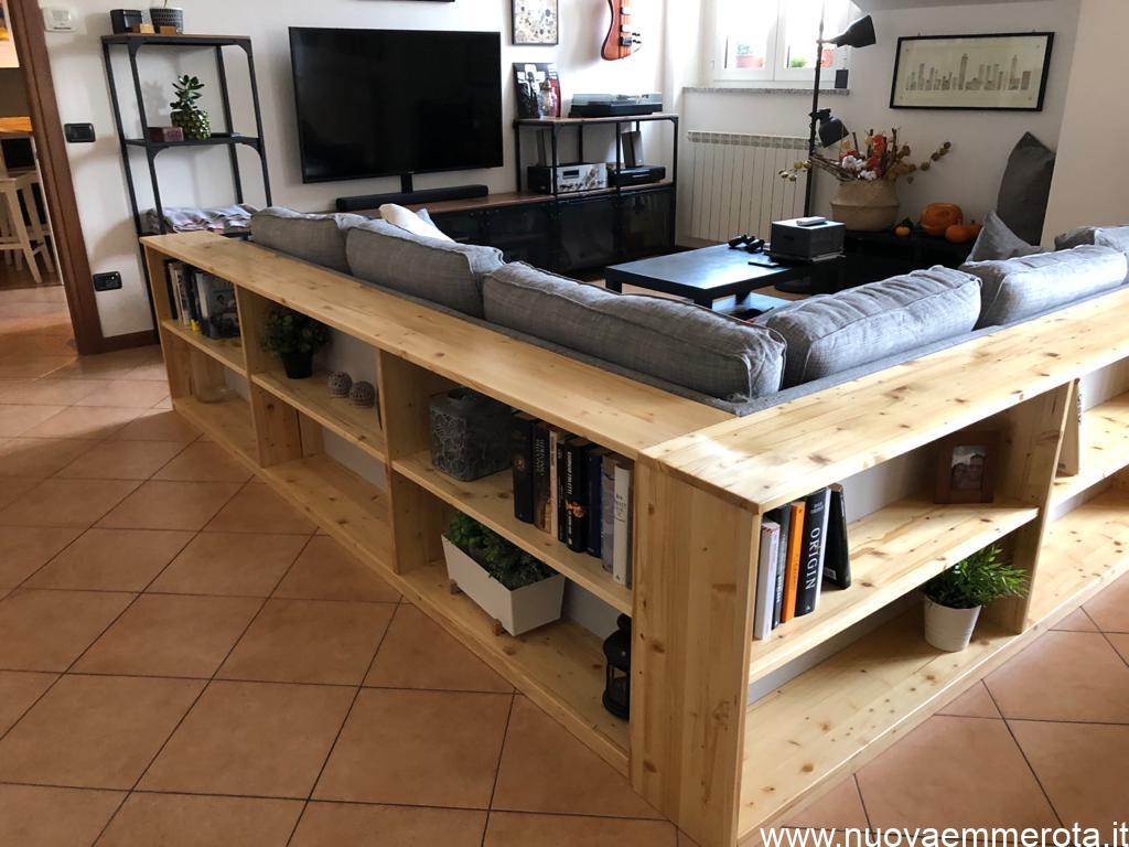 Libreria dietro divano ad angolo