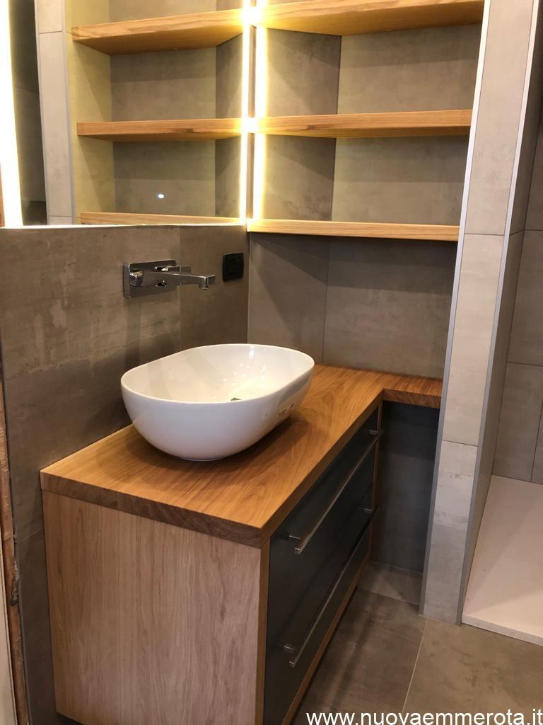 Mobile in legno e mensole per bagno