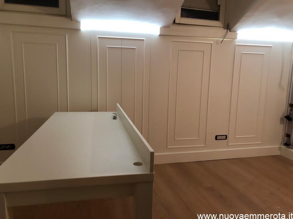 Boiserie bianca in stile classico e scrivania