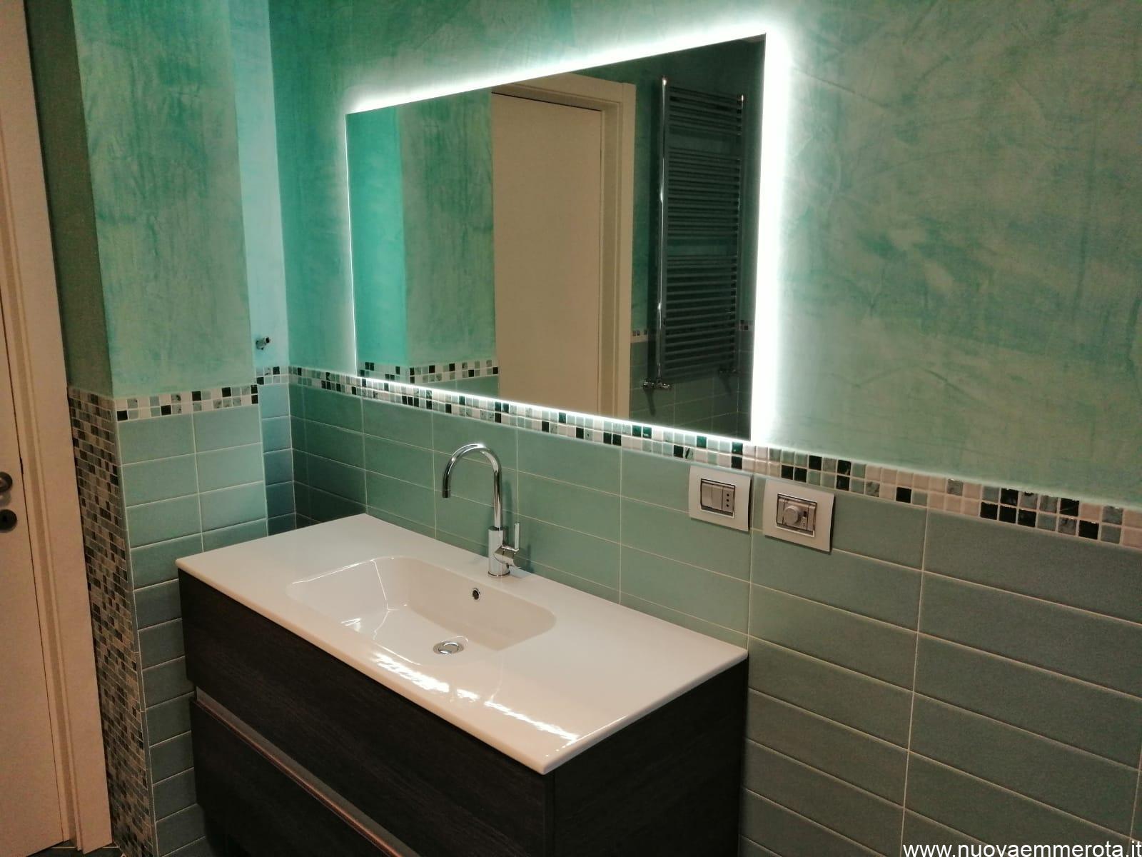 Mobile bagno in laminato wengé naturale.