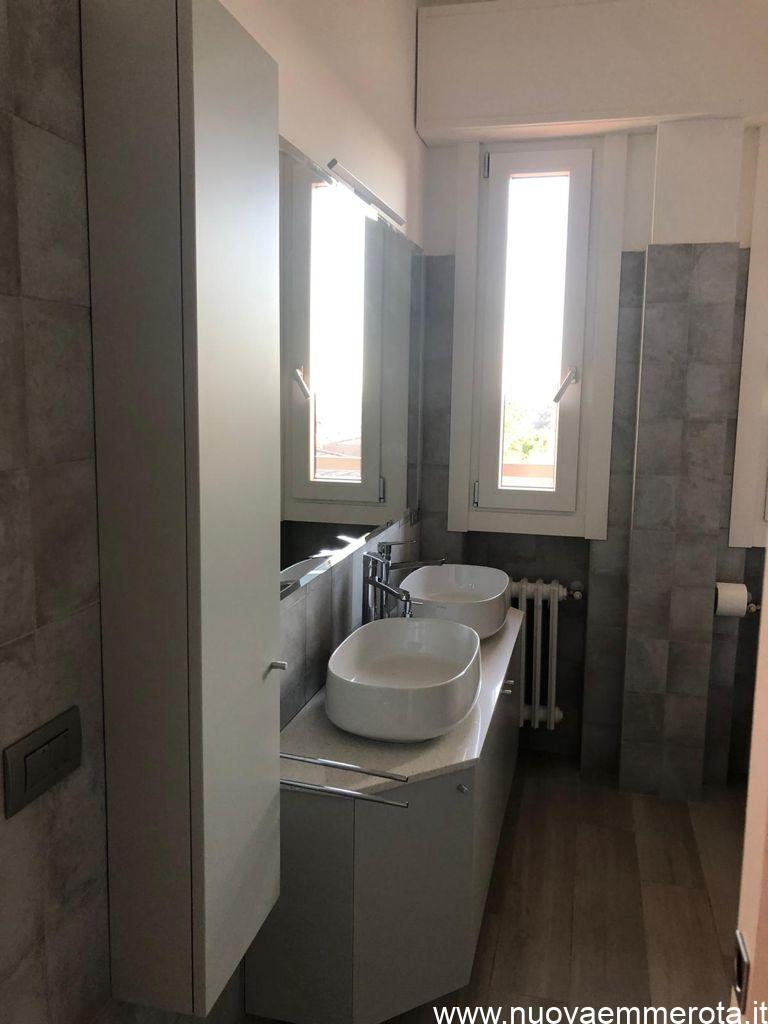 Mobile bagno laccato grigio con top in quarzite.