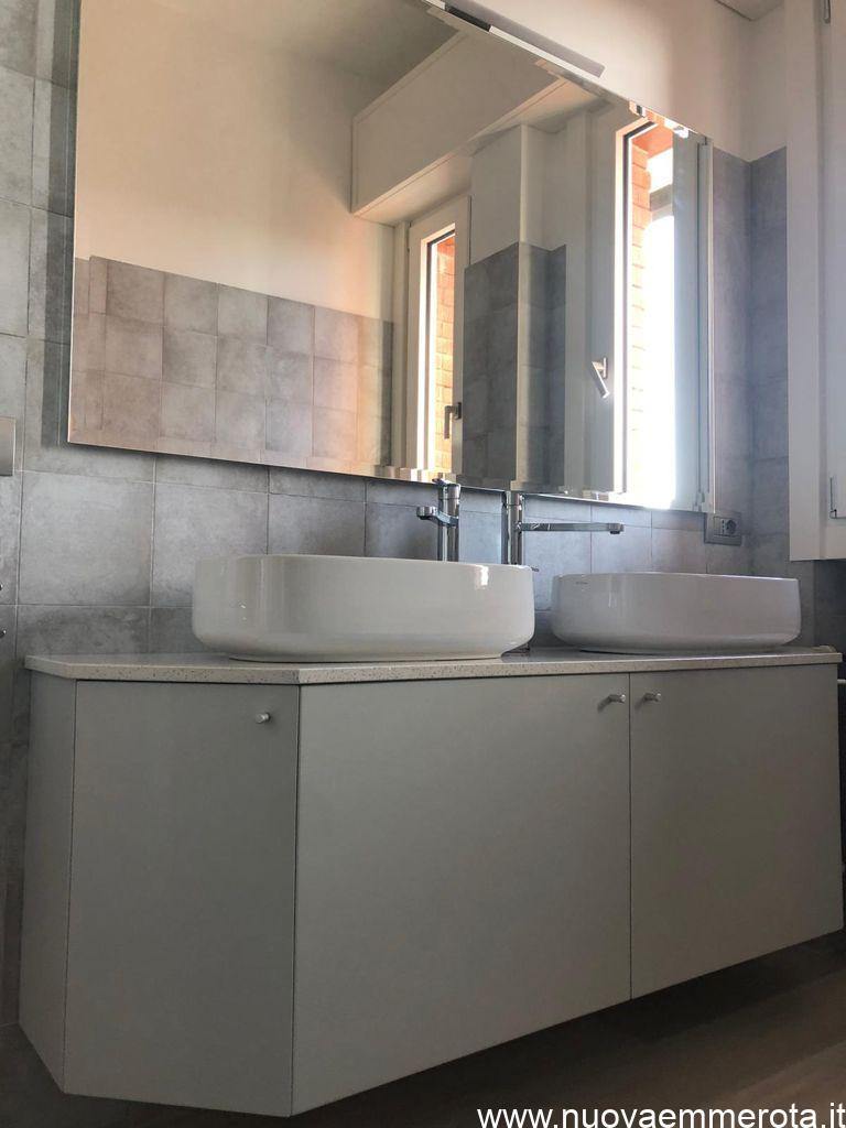 Mobile bagno laccato grigio con top in quarzite
