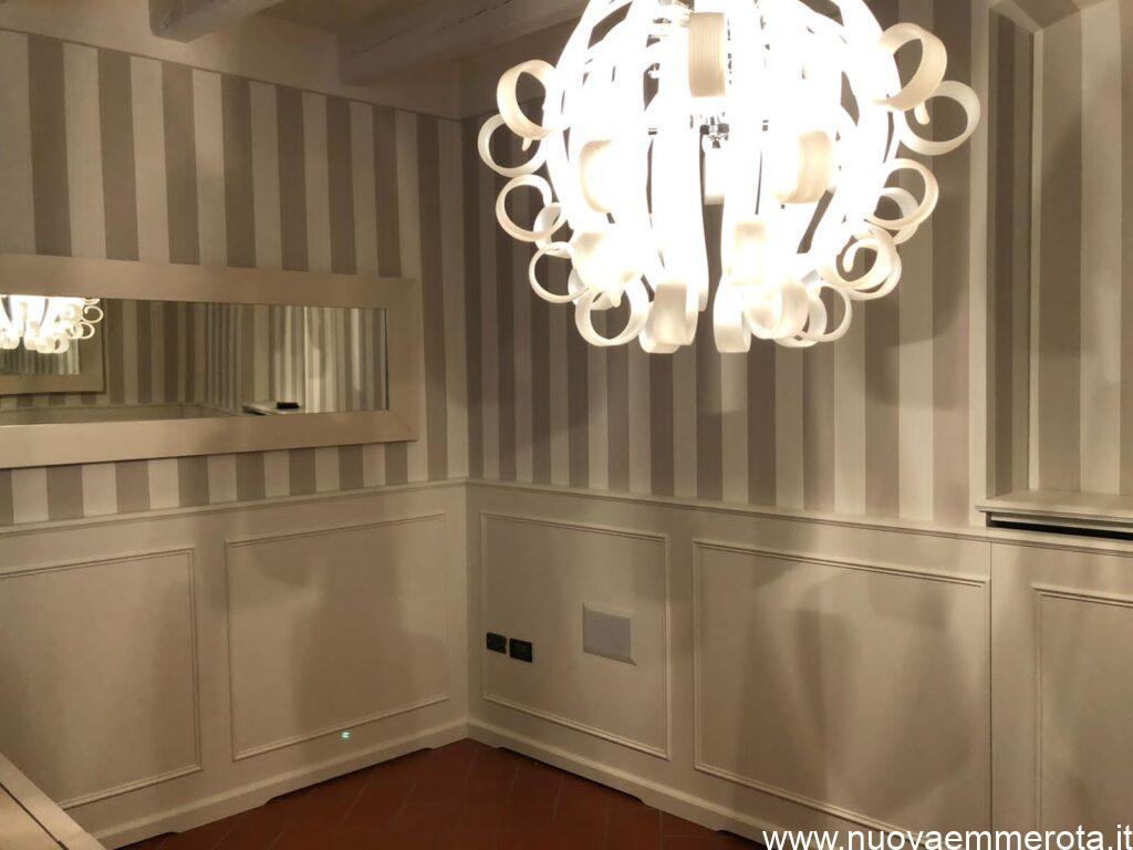 Boiserie in stile classico con lampadario elegante