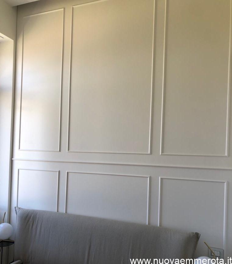 Boiserie bianca in stile classico in camera da letto.