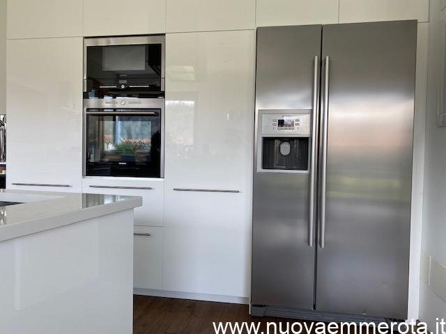 Elettrodomestici cucina : frigorifero americano con sportello ghiaccio, forno e microonde.
