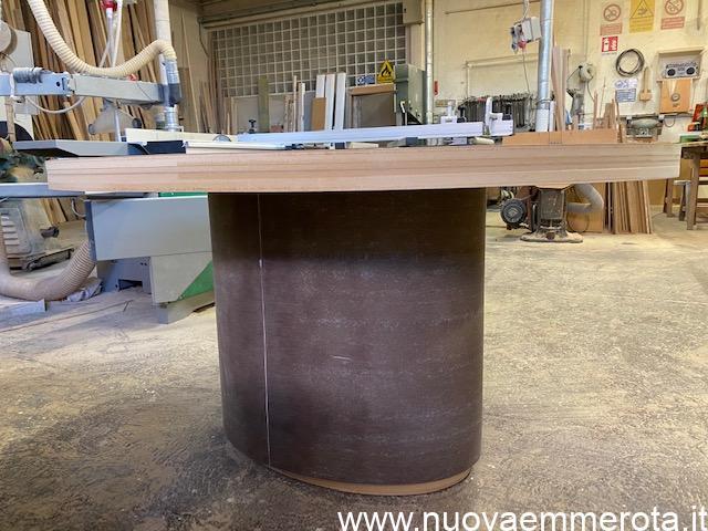 Tavolo ovale in materiale grezzo da verniciare .