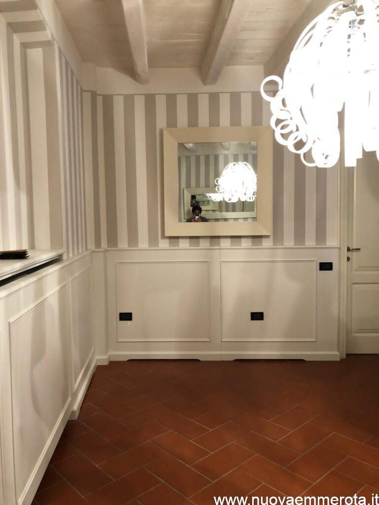 Boiserie bianca in stile classico.