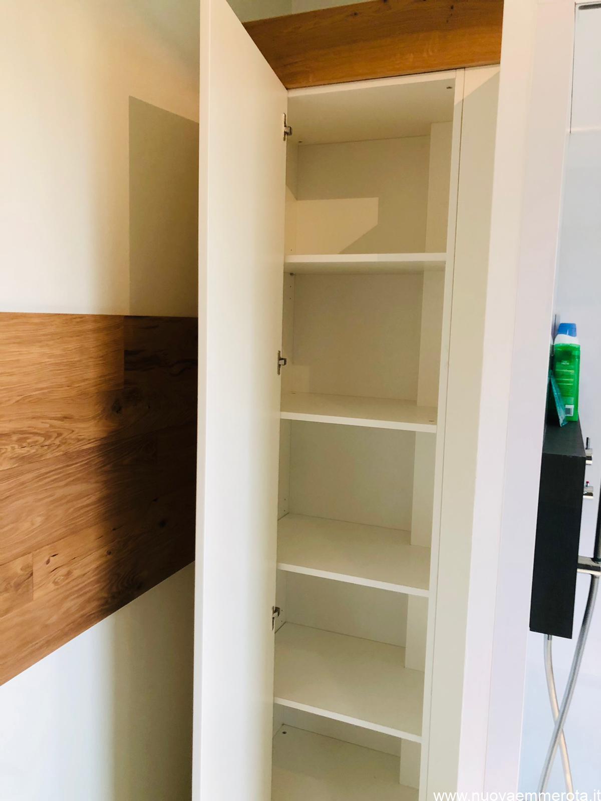 Mensole all'interno di un armadio in nicchia in bagno.