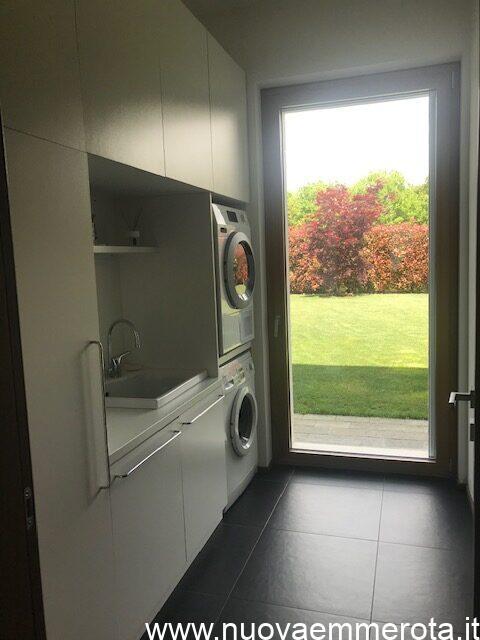 Mobili su misura per zona lavanderia con mensola divisoria tra lavatrice ed asciugatrice