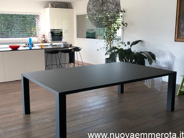 Tavolo rettangolare nero ultra moderno.