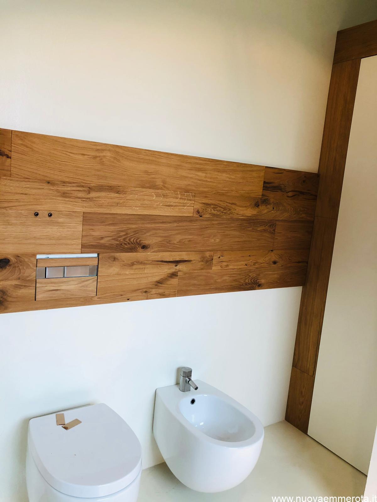 Rivestimento con pannello di legno nel bagno.