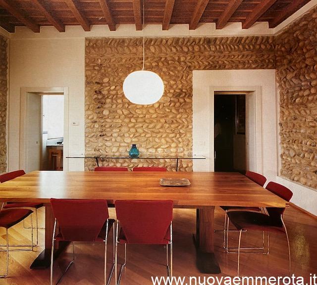 Tavolo rettangolare in legno massello.