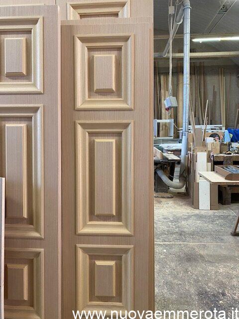 Elegante porta in legno con cornici nel telaio