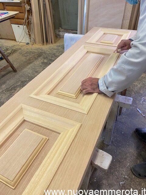 Lavorazione elegante porta in legno con cornici nel telaio
