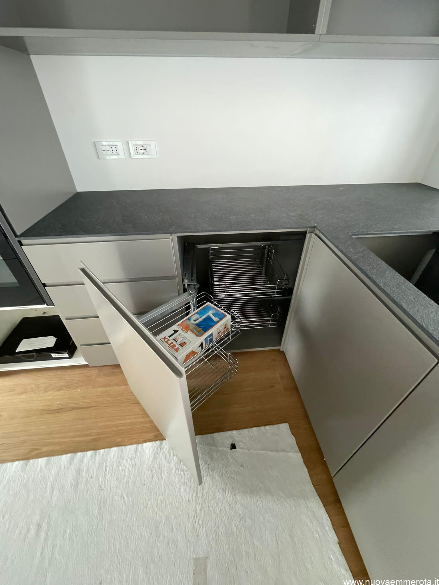 Cucina su misura con sportello aperto e carrelli estraibile all'interno.