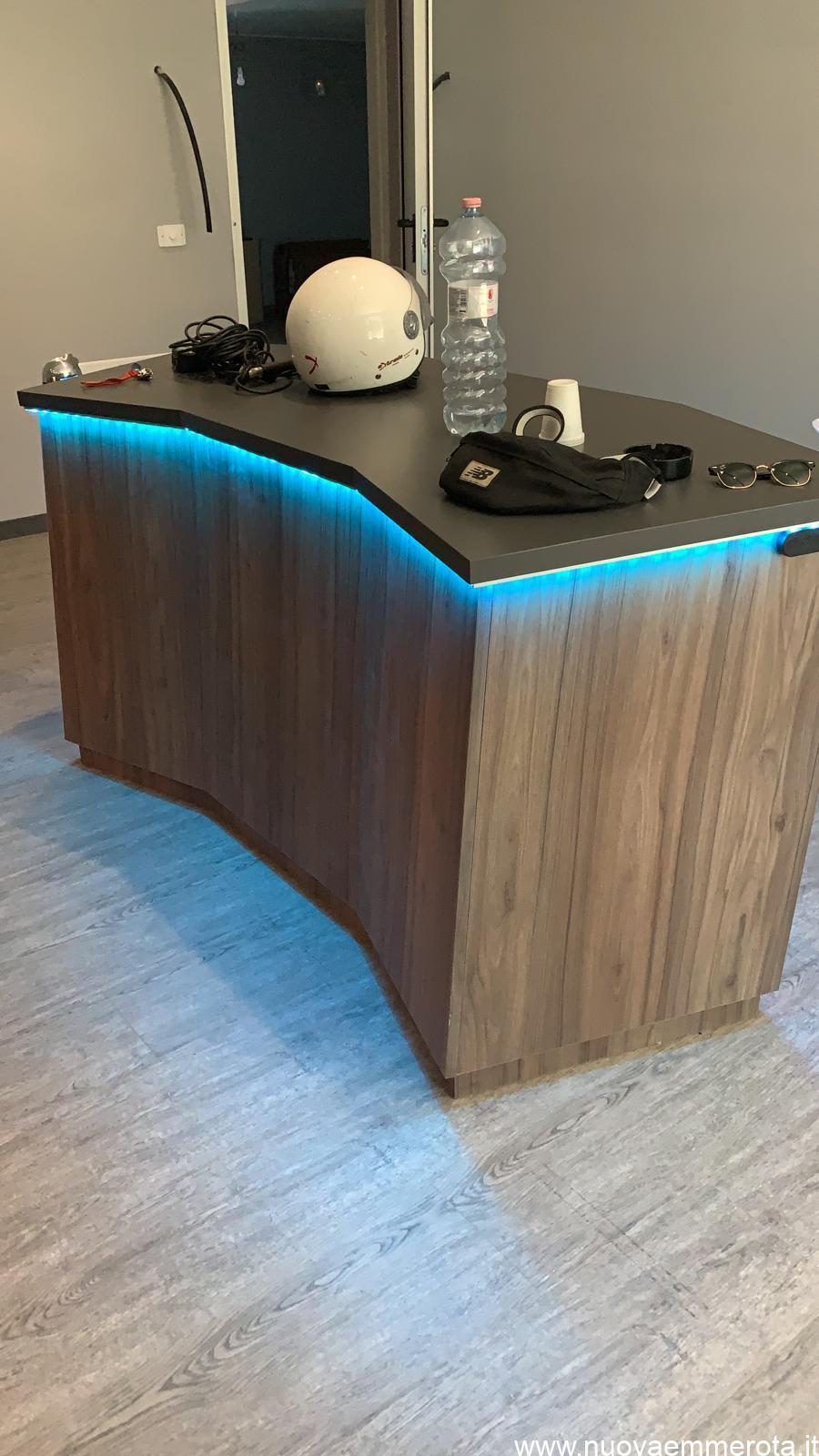 Bancone in legno con luce led blu per ufficio musica.