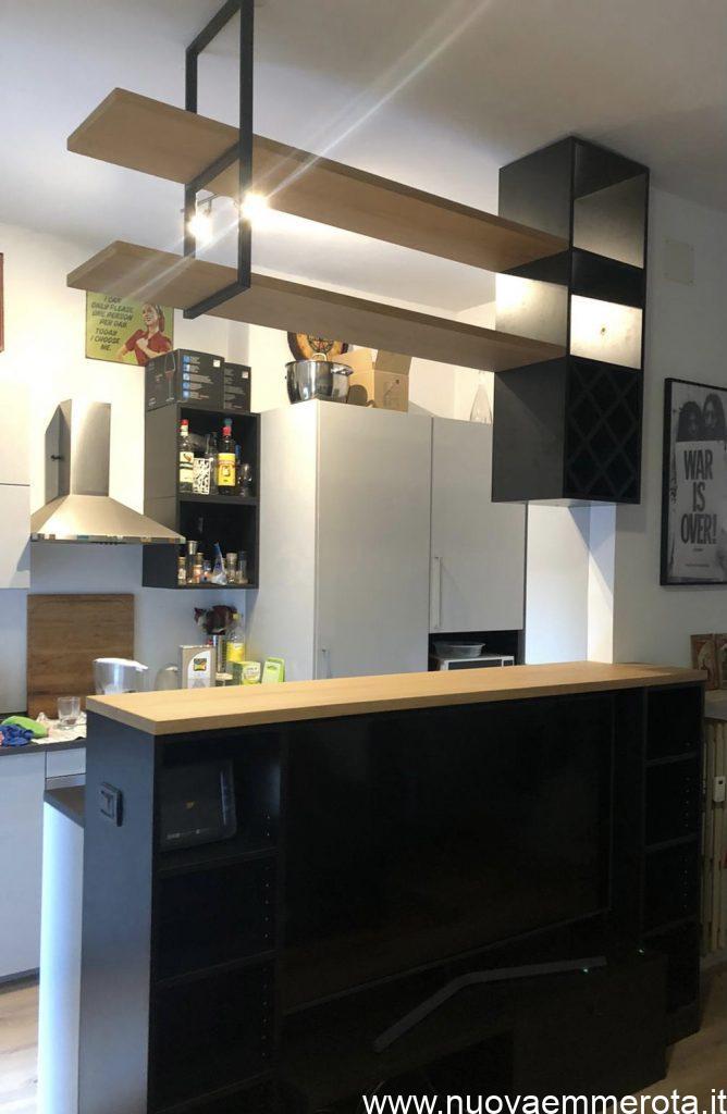 Bancone cucina nero con piano in Naturmatt e struttura a soffitto con portabottiglie.