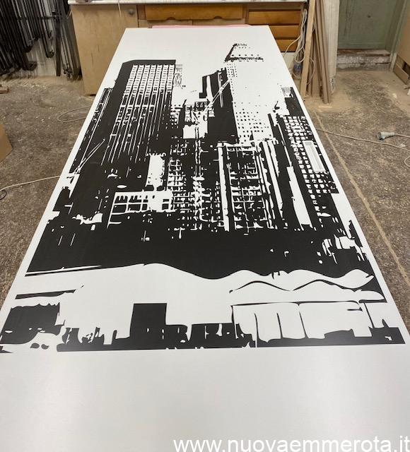 Porta scorrevole con pannello foto stilizzata di New York.
