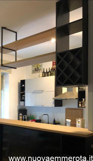 Portabottiglie con listelli diagonali su struttura a soffitto.