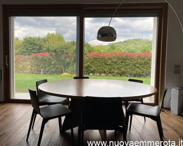 Tavolo in noce con base di design e lampada ad arco FLOS