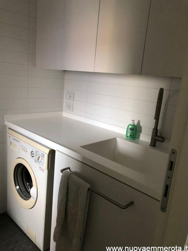 Mobili su misura per lavanderia con spazio per lavatrice.